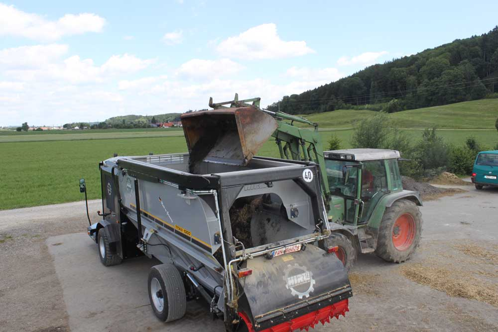 Filling of the mixing-drive with a front loader
