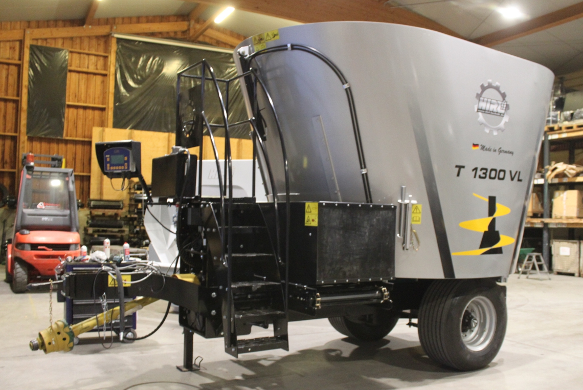 The trailed HIRL mixer wagon T Vertikal L with one auger comes with a capacity from 9 till 13 m³.